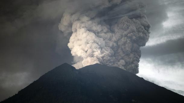 Gjendje alarmante në Indonezi, 40 000 të evakuuar dhe 433 fluturime të anuluara | TRT  Shqip