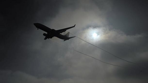 Pilotos dejan sola la cabina por salir a pelear en pleno vuelo