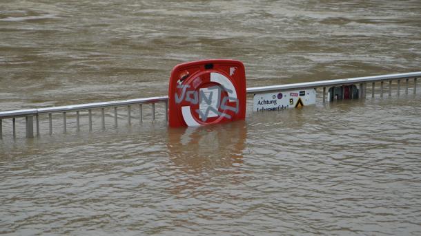 Уровень воды вРейне врайоне Кёльна достиг критической отметки, прекращено судоходство