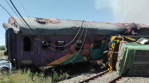 Accidente de tren en Sudáfrica deja 14 muertos y 180 heridos