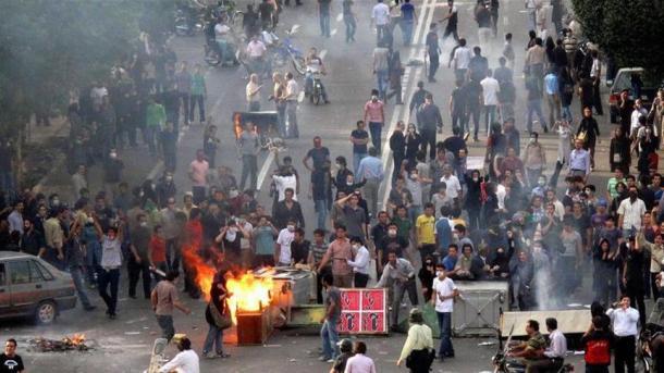 Iran : un policier tué, les manifestations se poursuivent