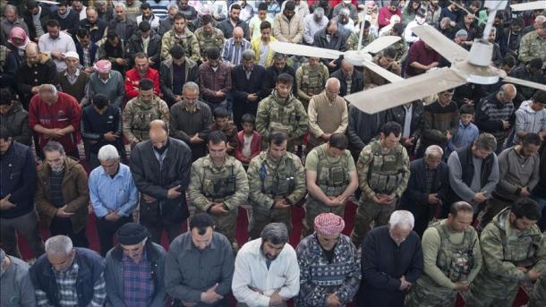 Banorët e Afrinit falin namazin e xhumasë bashkë me ushtarët turq   TRT  Shqip