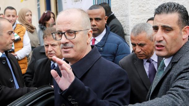 Kryeministri i Palestinës i dorëzon kompetencat Kryetari të Shtetit, Mahmud Abbas | TRT  Shqip