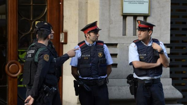 Catalanes exigen liberación de líderes y sigue el referénfum