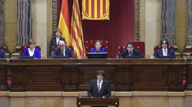 Spanjë – Puigdemont pezullon shpalljen e pavarësisë së Katalonjës: T'i japim shans dialogut | TRT  Shqip