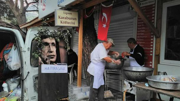【ホーキング博士追悼】 イズミルでトルコの伝統菓子「ロクマ」が振る舞われる | TRT  日本語