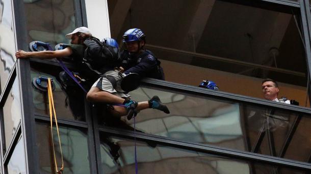 ВНью-Йорке мужчина пытался без страховки залезть наTrump Tower