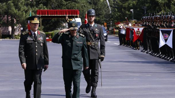 Shefi i Shtatmadhorisë së Ushtrisë Iraniane u prit me ceremoni zyrtare në Ankara | TRT  Shqip