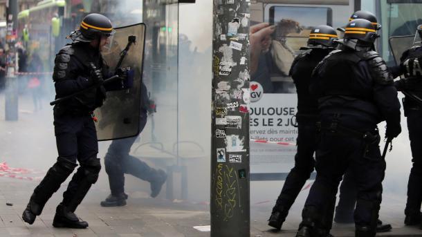 Parisinos protestan por la muerte de un hombre a manos de policía