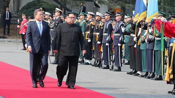 Panmunjom – Mesazhe pozitive nga samiti historik Kim-Moon | TRT  Shqip