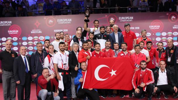 土耳其摔跤队在欧锦赛中继续谱写史诗   三昻体育