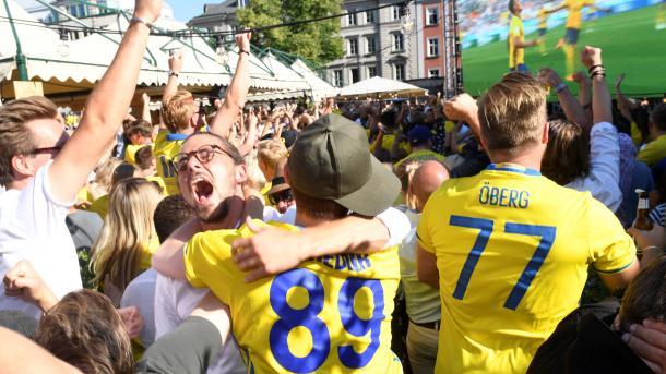 瑞典球迷欢庆国家队进入四分之一决赛 | 三昻体育投注