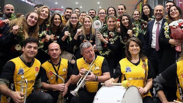 土耳其基金银行女子排球队凯旋而归 | 三昻体育