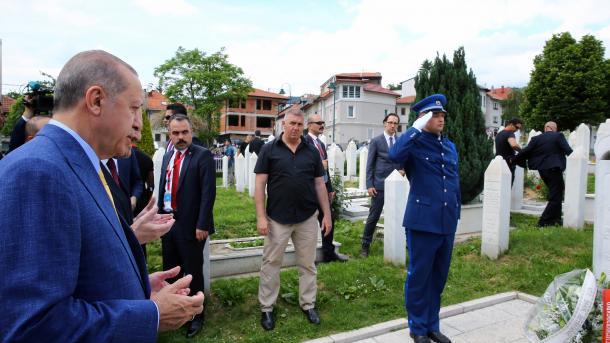 Erdogan položio cvijeće na mezar Alije Izetbegovića