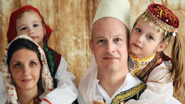 Personalitetet evropiane me kostume popullore shqiptare në ekspozitën e Roland Tashos