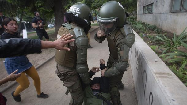 Agreden gravemente a carabineros en manifestación por caso Catrillanca: Uno quedó inconsciente