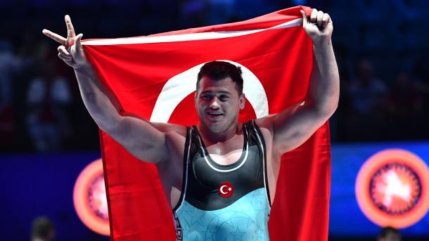 土耳其摔跤手里扎在世锦赛中夺得金牌 | 三昻体育官网
