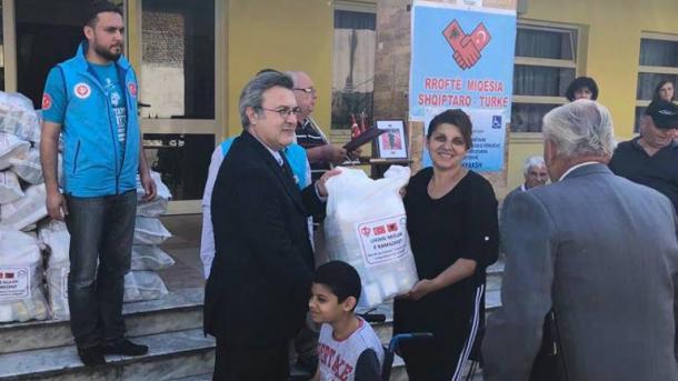 Diyaneti i Turqisë ndihmon familjet shqiptare në nevojë | TRT  Shqip