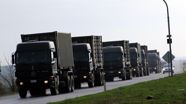 Autokolona me mjete ushtarake vazhdon rrugën drejt kufirit me Sirinë | TRT  Shqip