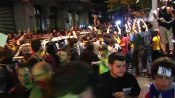 Protesta masive të katalanasve për pavarësi në rrugët e Barcelonës | TRT  Shqip