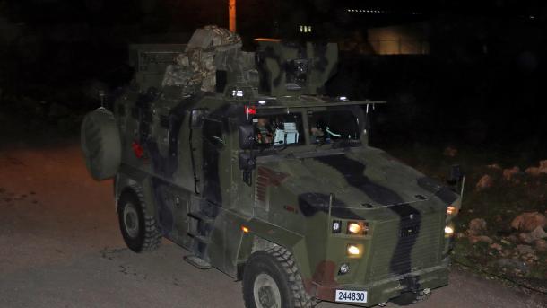 Turqia vazhdon mobilizimin ushtarak në kufirin me Sirinë | TRT  Shqip