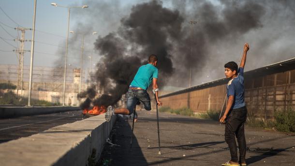Bregu Perëndimor - Ushtarët izraelitë ndërhyjnë me plumba luftarakë ndaj protestuesve | TRT  Shqip