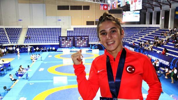 土耳其国家女子摔跤运动员耶特吉尔荣获铜牌 | 三昻体育