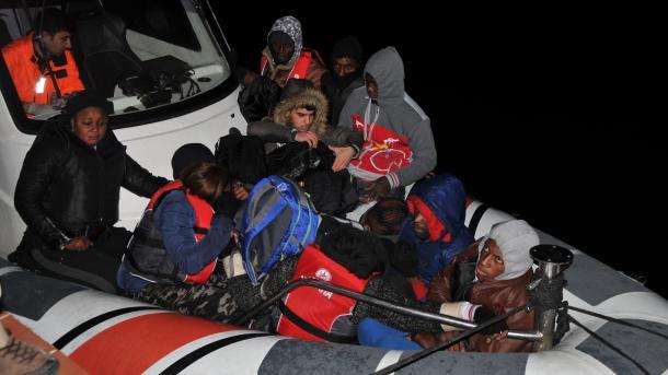 Çanakala - Ndalohen 41 emigrantë gjatë tentimit për të kaluar në Greqi | TRT  Shqip