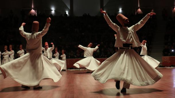 Mevlana përkujtohet në Konya, interes i madh nga vizitorët vendas dhe të huaj | TRT  Shqip