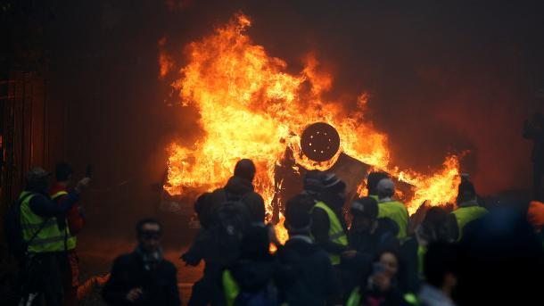 Parisi në protestë, rrugët në flakë | TRT  Shqip