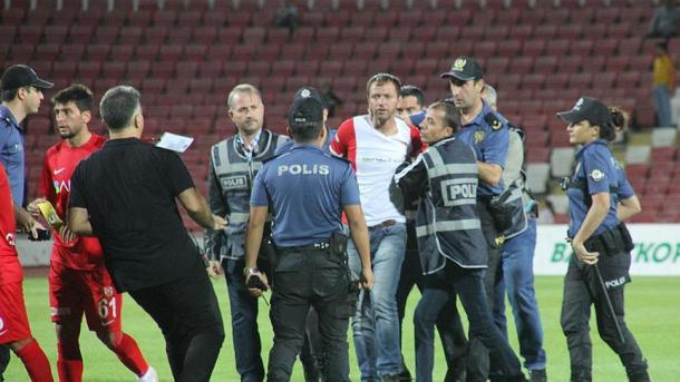 球迷袭击裁判 歹徒被拘留 | 三昻体育官网