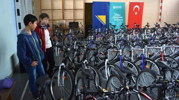 Obradovani donacijom: U Mostaru 80 jetima dobilo bicikle