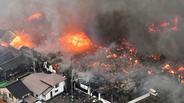 Ветер уничтожил вгороде Итоигава сразу 140 домов— Пожар вЯпонии