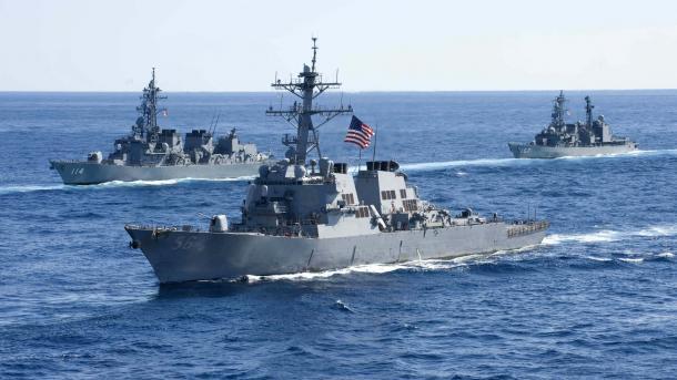 Destructor de estadounidense choca con buque mercante