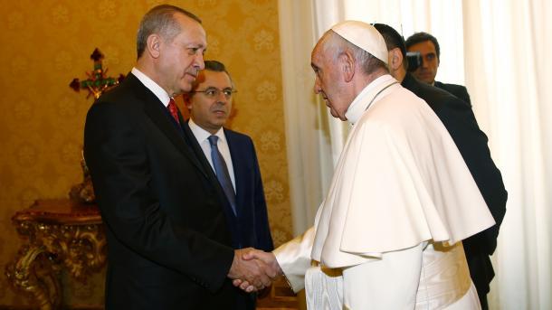 エルドアン大統領とバチカンのフランシスコ教皇との会談が始まる | TRT  日本語