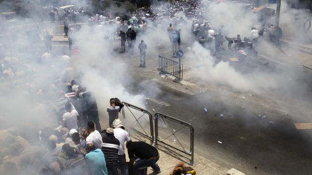 Policia izraelite ndërhyn ndaj besimtarëve myslimanë në rrugët e Jerusalemit | TRT  Shqip