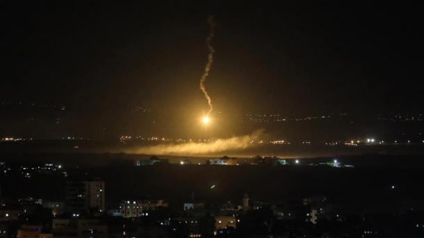 Izraeli godet pikat e Iranit në Siri | TRT  Shqip