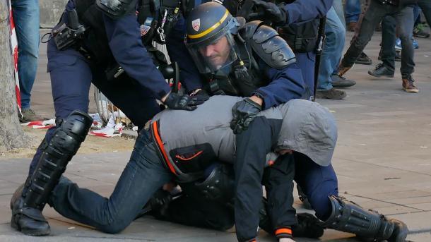 Francë - Policia keqtrajton refugjatët | TRT  Shqip