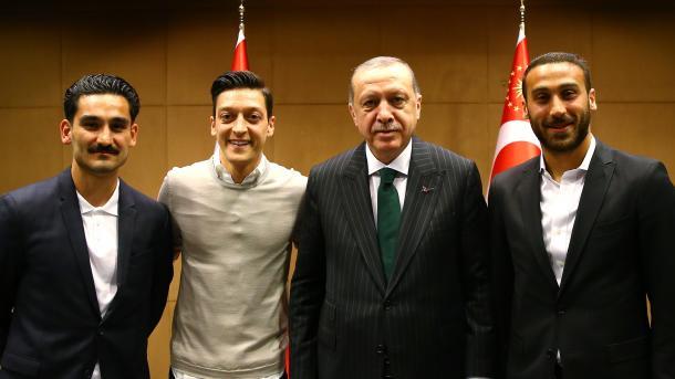 埃尔多安在伦敦接见土耳其足球健将 | 三昻体育