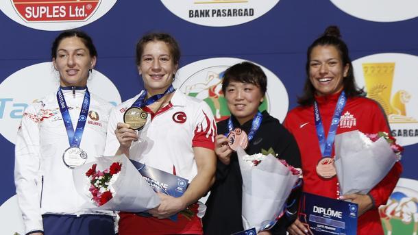 土耳其摔跤女冠军被现场求婚感动至极 | 三昻体育官网
