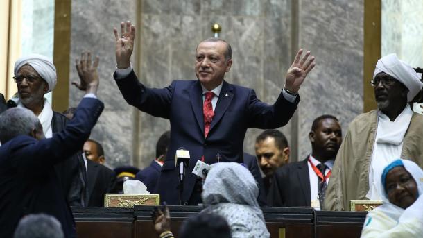 Охранники накинулись намужчину, пытавшегося обнять Эрдогана