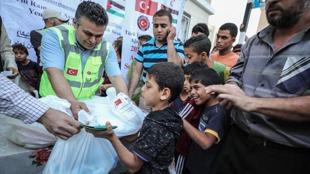 TIKA shpërndan iftare në Gazë | TRT  Shqip