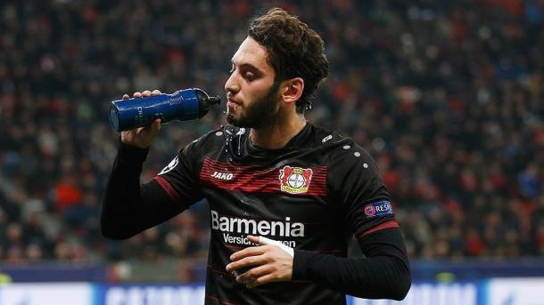 Hakan Calhanoglu devrait s'engager avec le Milan AC