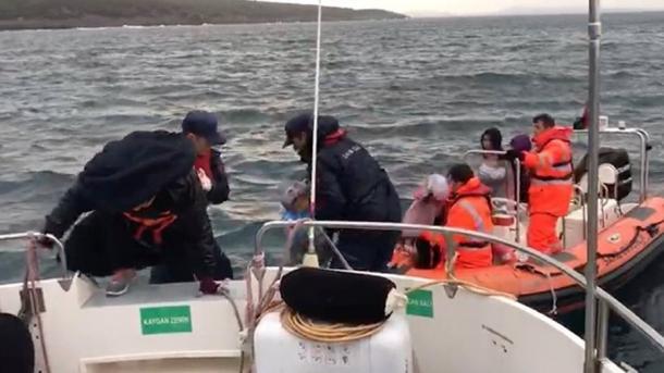 Turqia shpëton 44 emigrantë në Egje | TRT  Shqip