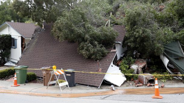 Bomberos rescatan a una niña atrapada en lodo en Montecito