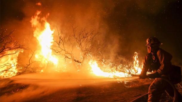 Un incendio forestal obliga a evacuar 600 viviendas en Los Ángeles