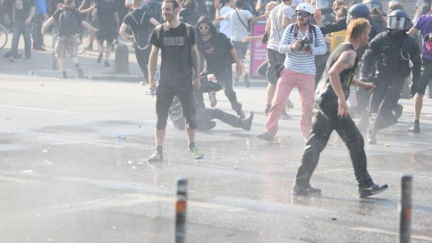 Großeinsatz der Polizei in Hamburg gegen 1.500 Randalierer