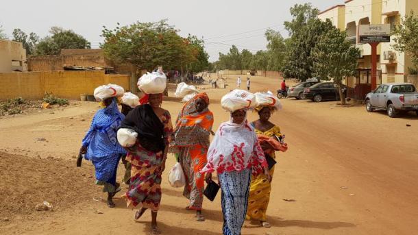 Gjysmëhëna e Kuqe Turke jep ushqim për 7.000 familje në nevojë në Senegal | TRT  Shqip