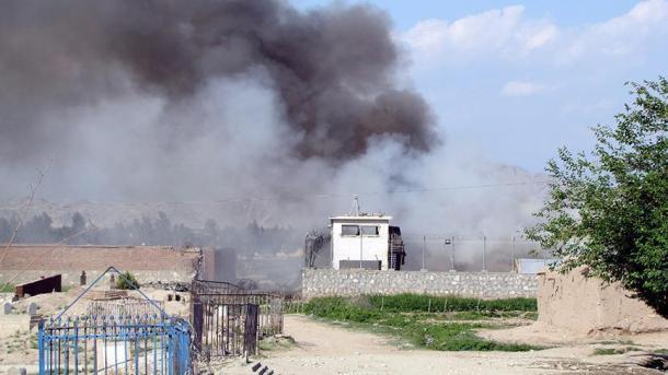 Asalto talibán deja al menos 20 policías muertos en Afganistán