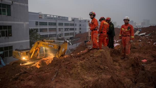 Suben a 17 los fallecidos por deslizamiento de tierras tras lluvias — China